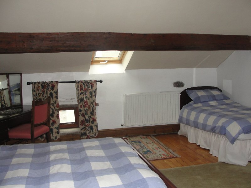 Bedroom Threshings with I King size bed and 1 single bed