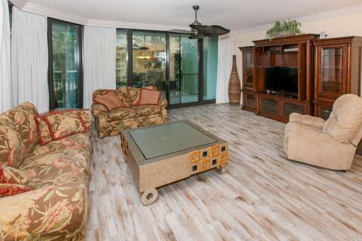Salon pouvant accueillir 6 personnes et carrelage bois