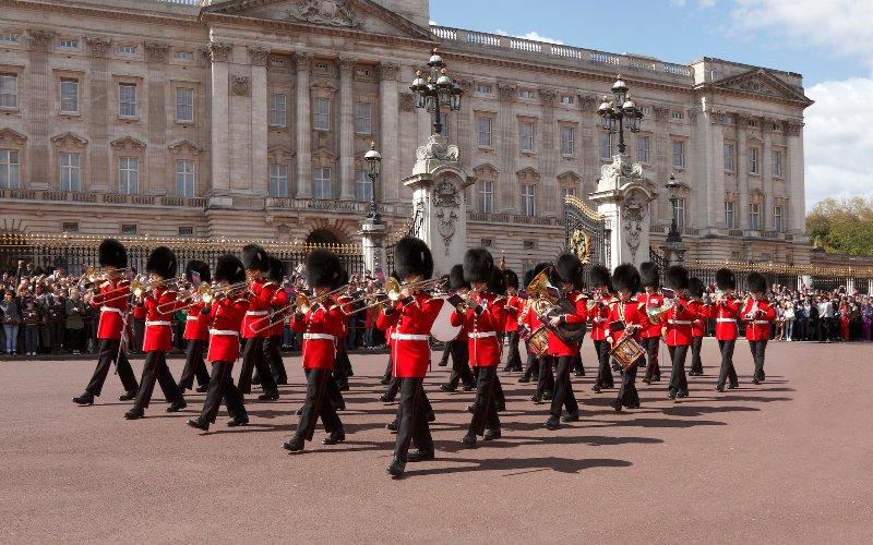 Cambio de guardia en Buckingham Palace .. tomar el tren en Green Park a través de Waterloo.