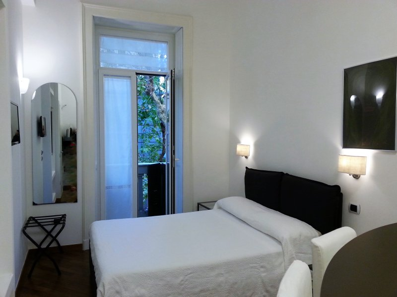 The rooms of Luca Giordano142 are bright, comfortable and quiet.