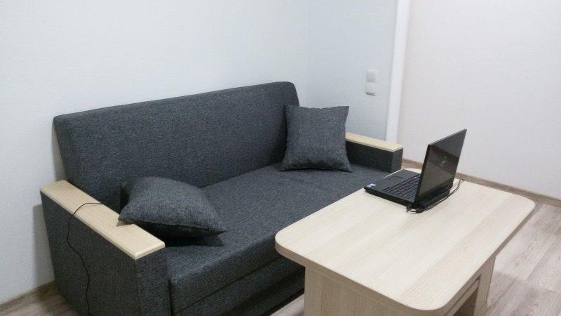 Sofá de la sala con ordenador portátil