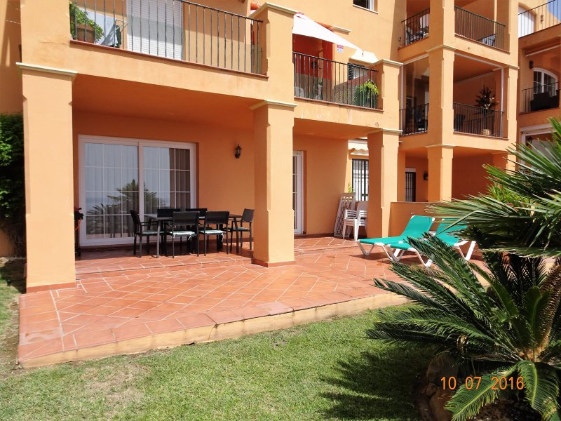 Beautiful 3-Bedroom Apartment, holiday rental in Pueblo Nuevo de Guadiaro
