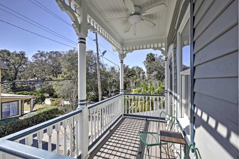 Attendo con ansia di sorseggiare il caffè del mattino fuori sul balcone privato.