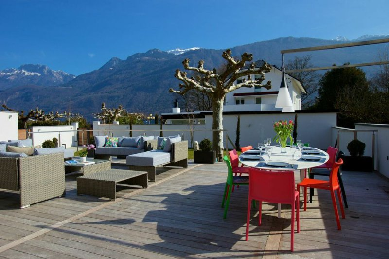 cubierta al aire libre conduce desde la sala de estar y comedor formal con espectacular aspecto de montaña y el sol!