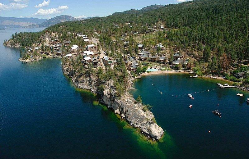 impresionante vista aérea de la orilla del lago interior de apartamentos de vacaciones