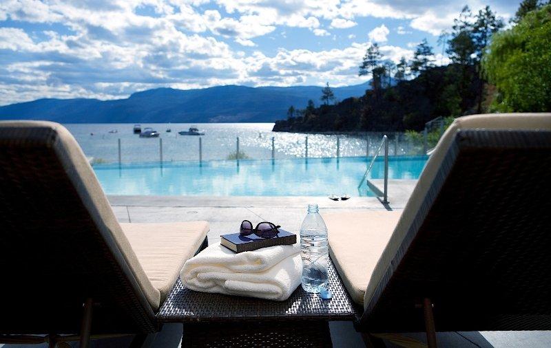 Relajarse en la piscina con impresionantes vistas del lago Okanagan