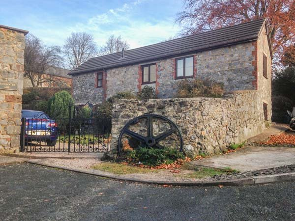 FAIRWATER MILL COTTAGE, pet-friendly, patio garden, close to shop and pub, in, vacation rental in Bovey Tracey