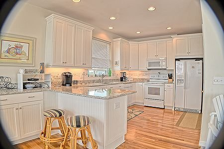 Large, fully equipped kitchen w/extra seating