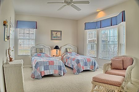 Bedroom 3 with 2 twin beds