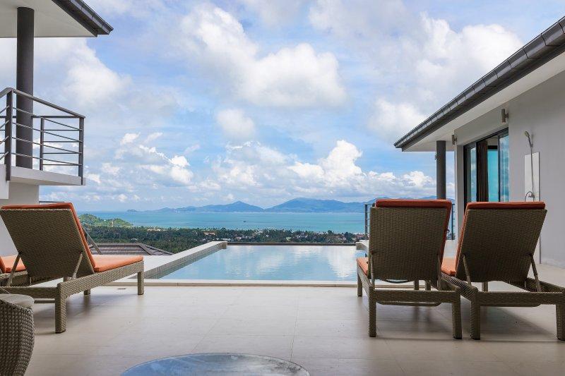 piscina privada con vistas al mar