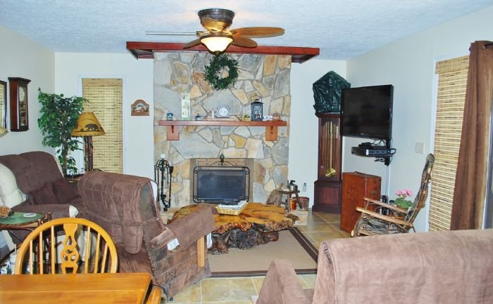 Spacious Living Room with Satellite TV
