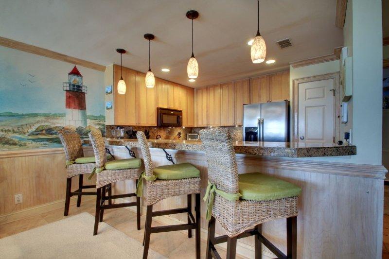 Beautiful kitchen bar, plenty of room for everyone