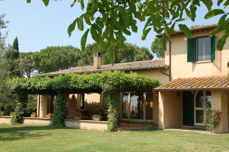 Stunning villa with pool in Rome countryside, location de vacances à Poggiolo