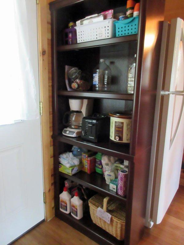 """El 'armario de utilidad """"sostiene: cafetera (s), tostadora, olla de barro, carbón de leña, una cesta de picnic, etc."""