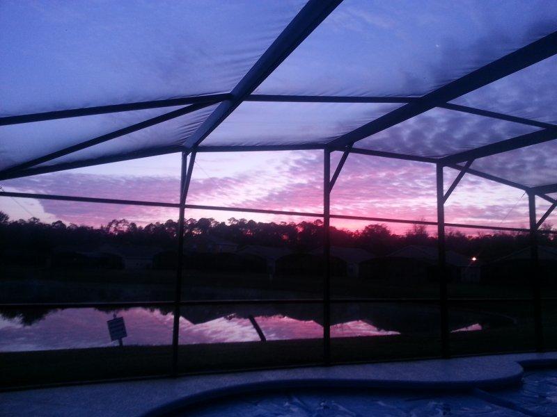Sonnenaufgang Blick auf den See aus dem Pool Lanai