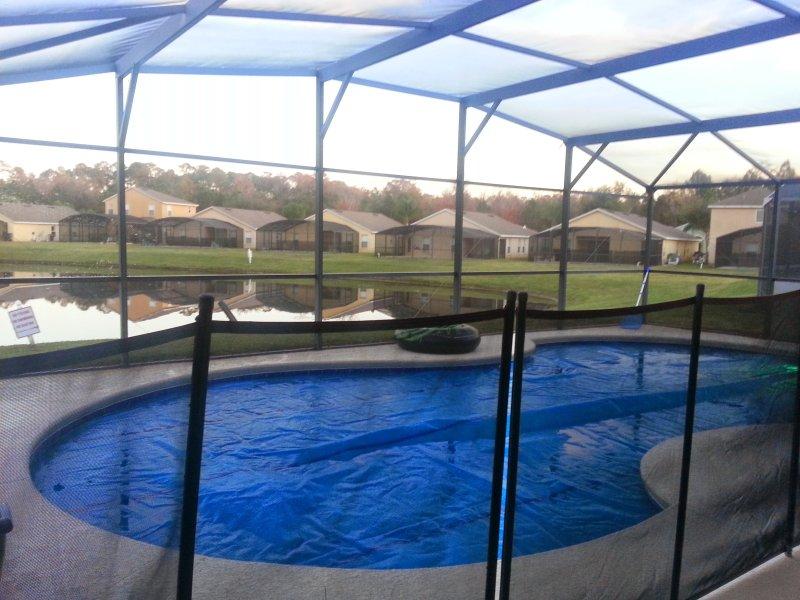Schutzzaun um den Pool.