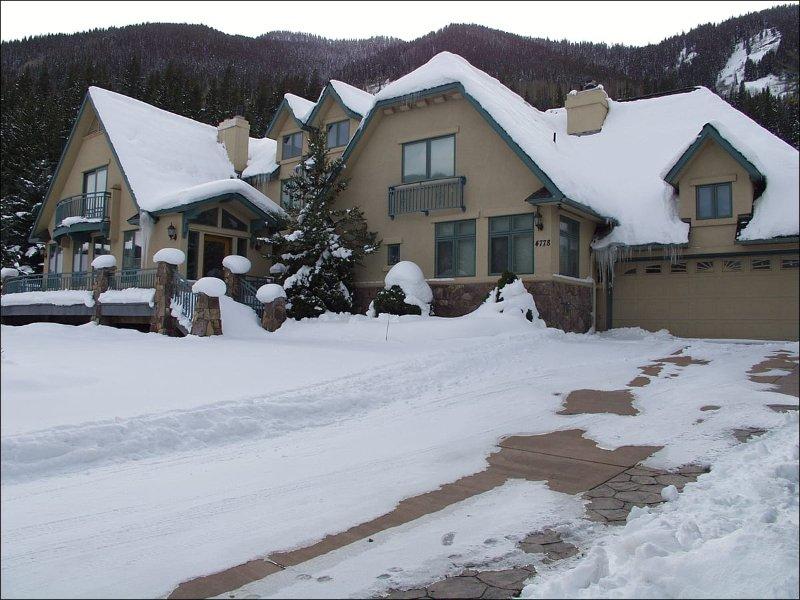 Winter Außenansicht des Einfamilienhauses auf einem privaten Grundstück
