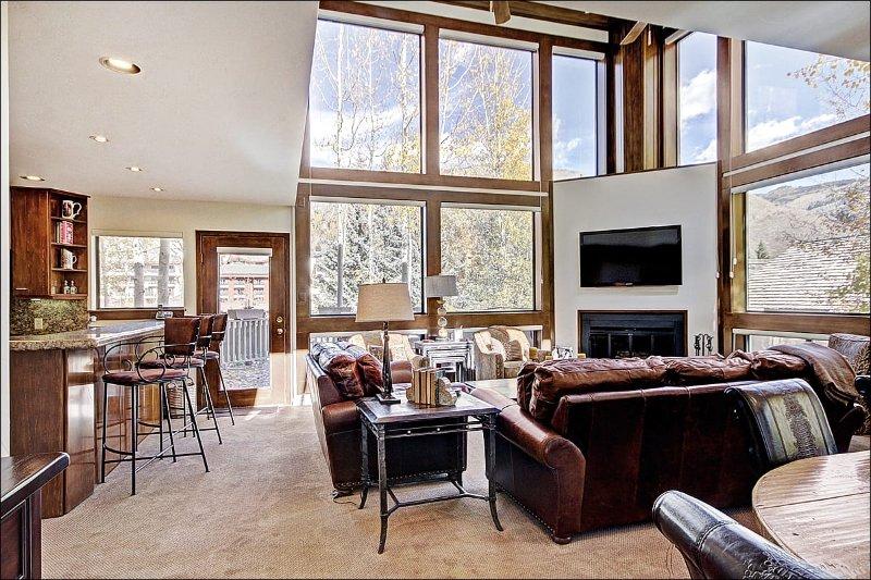 Deslumbrante sala de estar tem tectos abobadados e grandes janelas panorâmicas