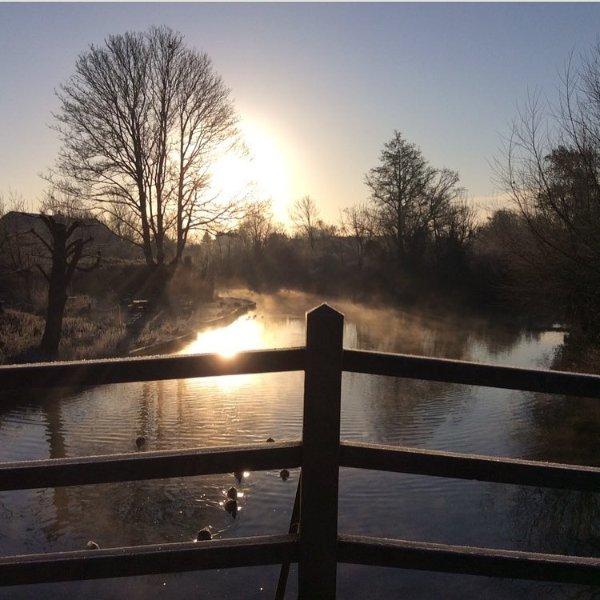 Temprano a pie niebla de invierno es tan increíblemente hermosa en Flatford.