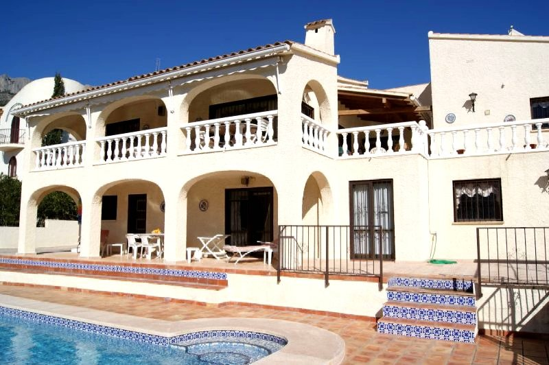 Villa with a swimming pool of 11 x 5.50 meters First line golf with sea view., Ferienwohnung in Altea la Vella