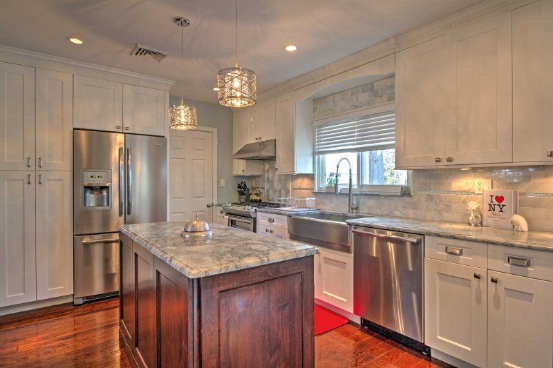 Everyone in your group is sure to love the fully equipped gourmet kitchen, featuring granite countertops and stainless steel appliances.