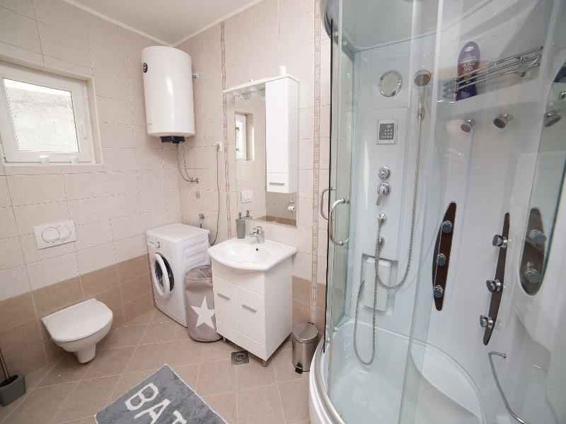 A(4+1): bathroom with toilet