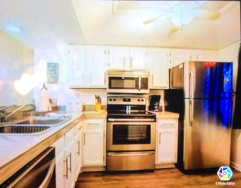 cocina completamente equipada con lavavajillas y frigorífico / congelador