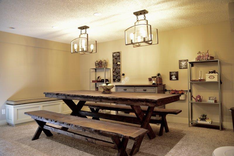 vardagsrum i källaren för gäster