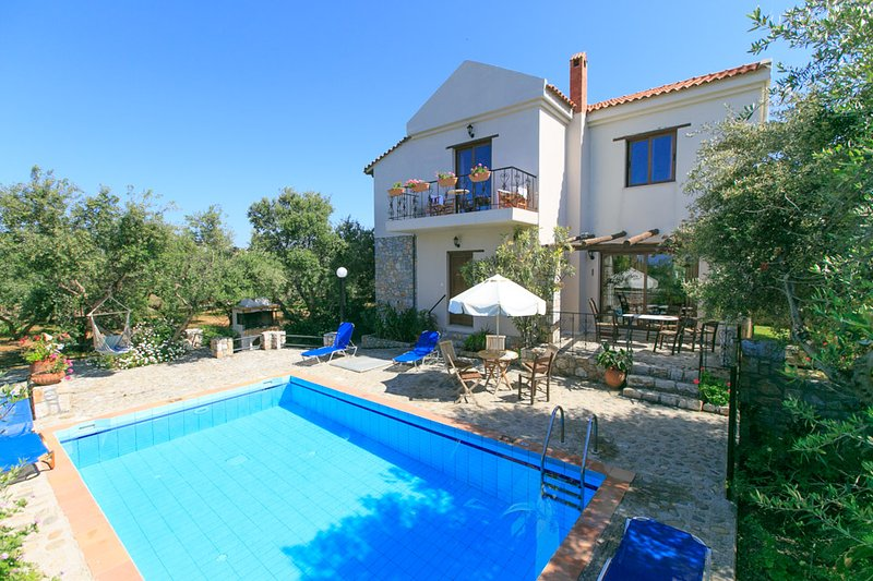 Villa Tzina: Large Private Pool, Walk to Beach, A/C, WiFi, Car Not Required, alquiler vacacional en Tavronitis