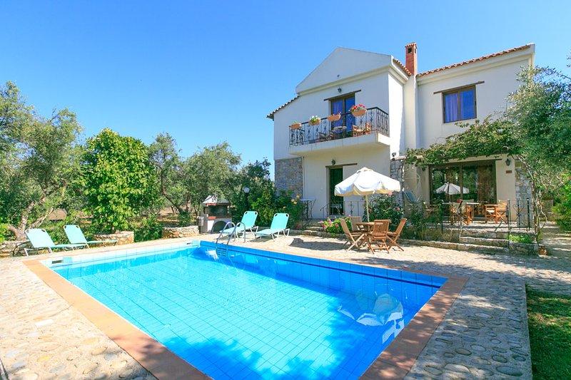 Villa Nineta: Large Private Pool, Walk to Beach, Sea Views, A/C, WiFi, alquiler vacacional en Tavronitis