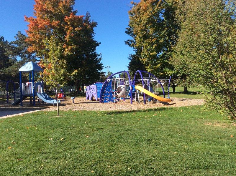 Parque cercano y parque infantil.