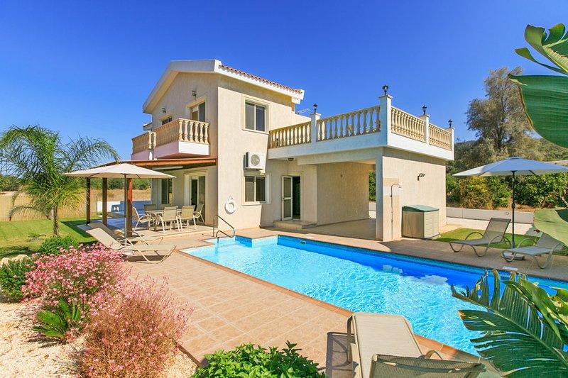 Villa Clementina: Large Private Pool, Walk to Beach, Sea Views, A/C, WiFi, holiday rental in Nea Dimmata