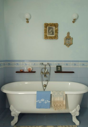 the main bathroom, on the first floor; it also has a shower