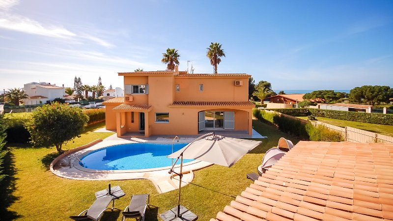 UP TO 30% OFF! PRAIA Amazing design villa, private pool, 200m to beach,AC,WiFi, holiday rental in Gale