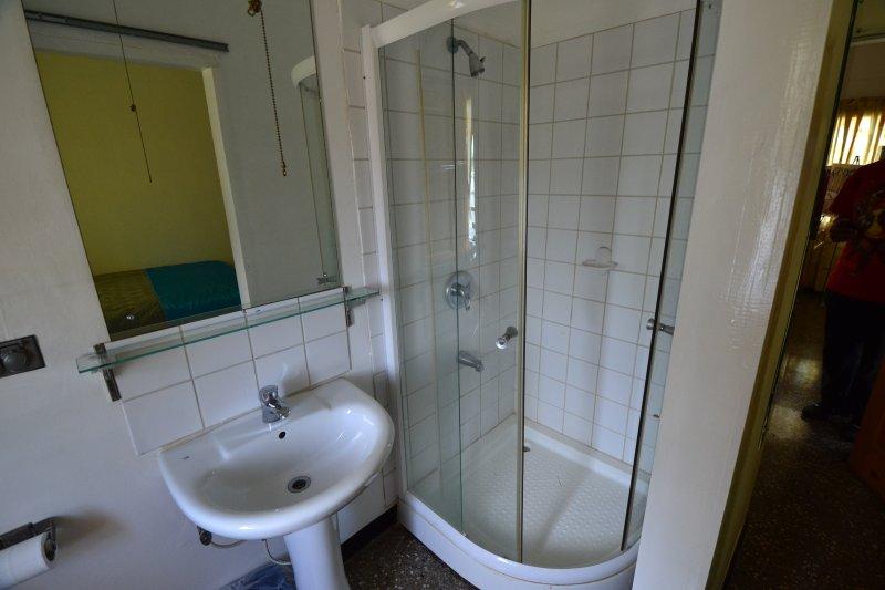 Brilhante, limpo banheiro em cada quarto.