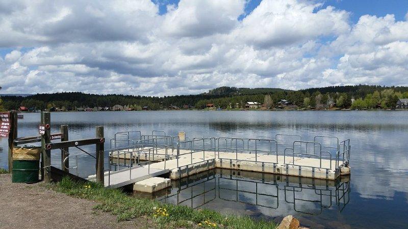 Lake tvärs över gatan, stor öring sjö.