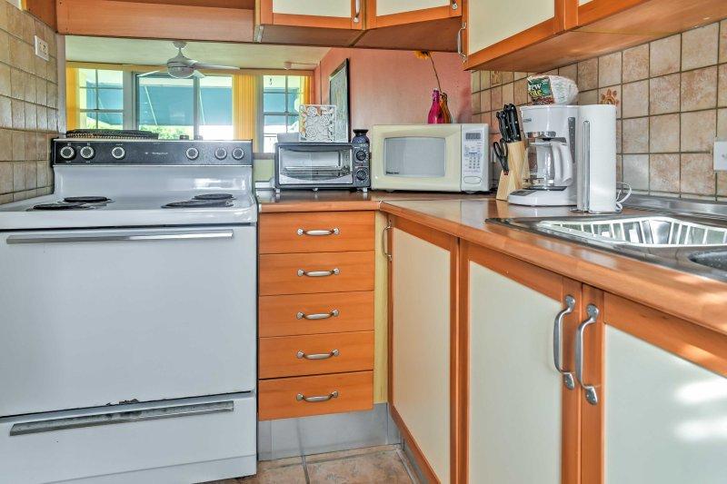 Bereiten Sie eine Mahlzeit in der gut ausgestatteten Küche.