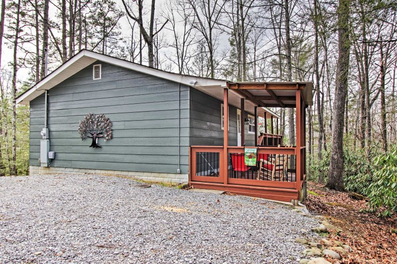Quaint Cabin w/Deck ~ 3 Mi to Downtown Gatlinburg!, vacation rental in Gatlinburg