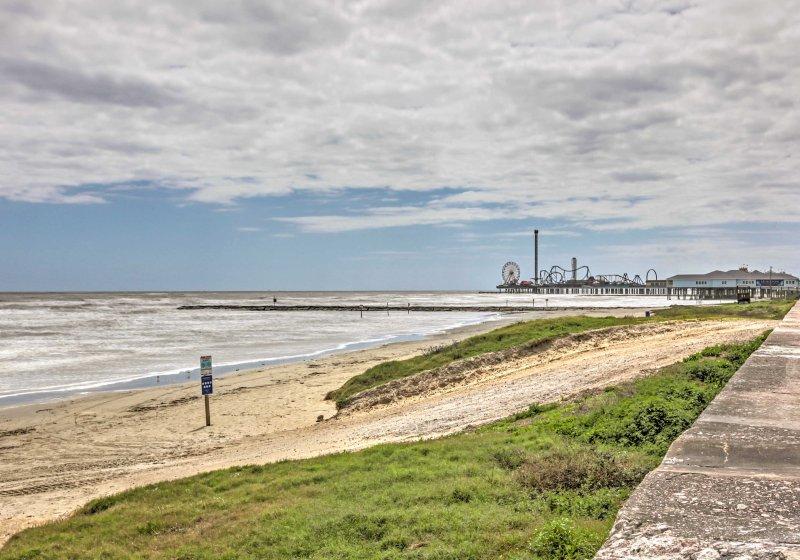 Retire-se para as areias do litoral de Galveston quando você ficar neste 4 quartos férias casa de aluguel praia.