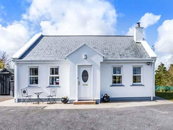 CHURCH VIEW, single-storey country cottage, multi-fuel stove, garden, ideal, location de vacances à Castlebar