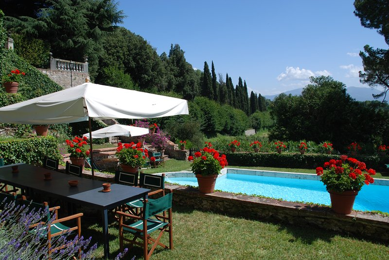 Panoramic villa on the Lucca's hills with private pool and tennis court.16people, vacation rental in Ciciana