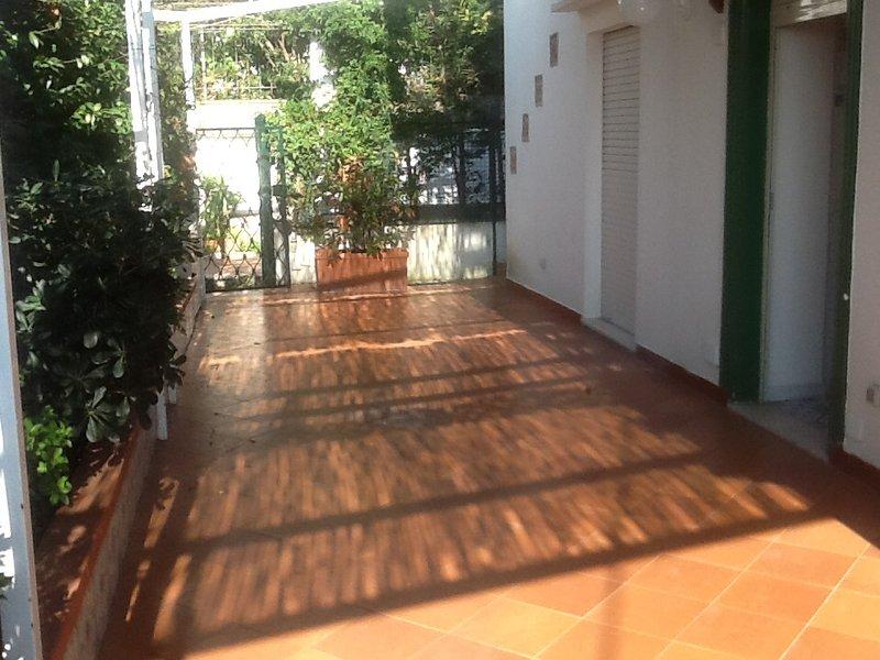 het terras, in de zomer met een grote tafel voor het diner en stoelen om te ontspannen