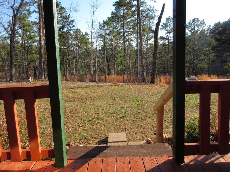 Vista desde la puerta de entrada; nada más que pinos, robles, y la serenidad!