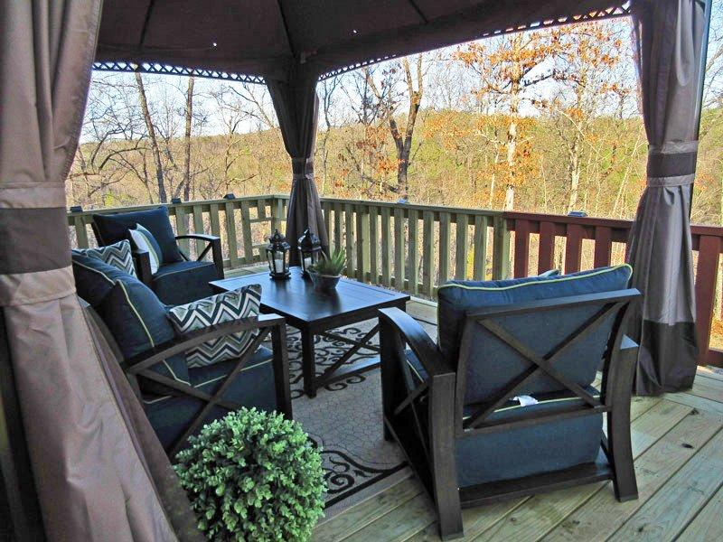 El nuevo patio al aire libre tiene una sala de pantalla y privacidad paneles. (Primavera de 2017)