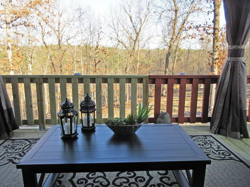 Su punto de vista de la colina y el bosque desde el cómodo sofá, al aire libre.