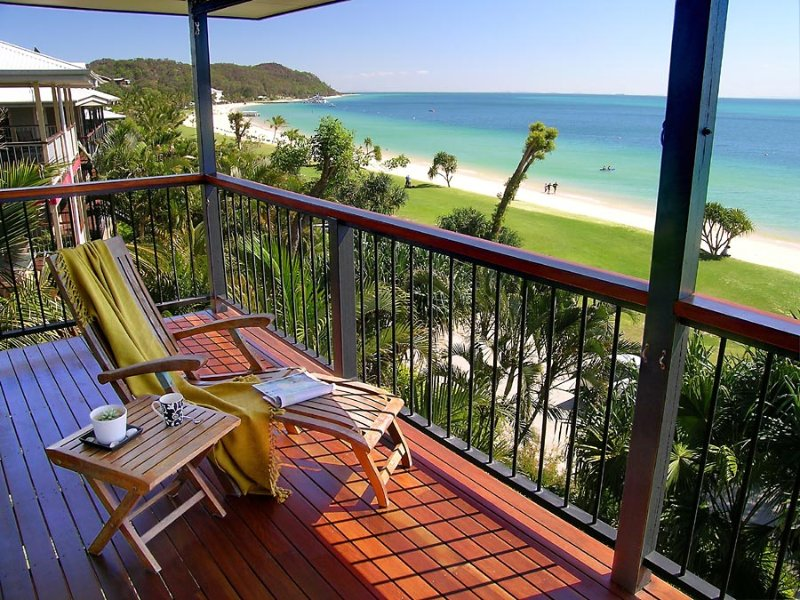 Beautiful beachfront home - a hop, a step & a jump to the water., holiday rental in Moreton Island