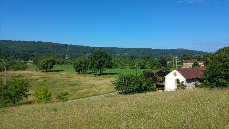 Vista hacia el sur-oeste, tomada desde el jardín salvaje. La casa tiene WIFI y TV vía satélite Inglés