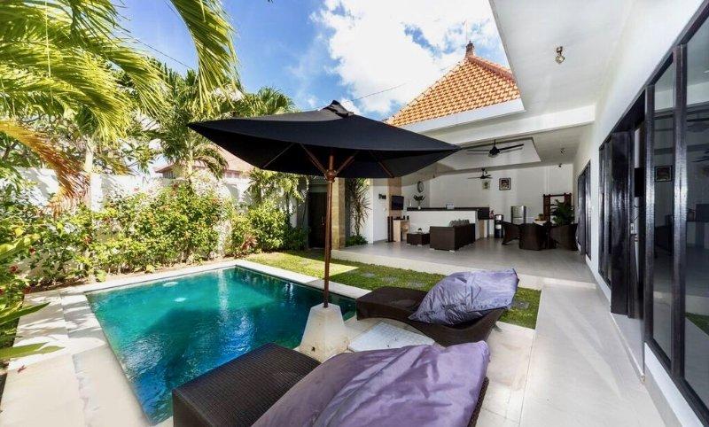 piscina privada y jardín