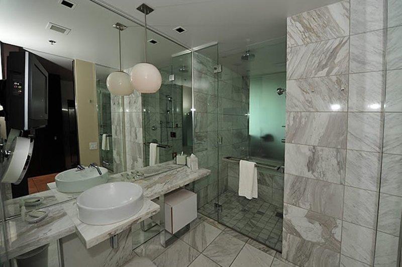 Grande, un baño de mármol con azulejos