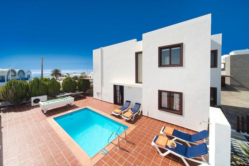 piscina privada com terraço e mesa de bilhar